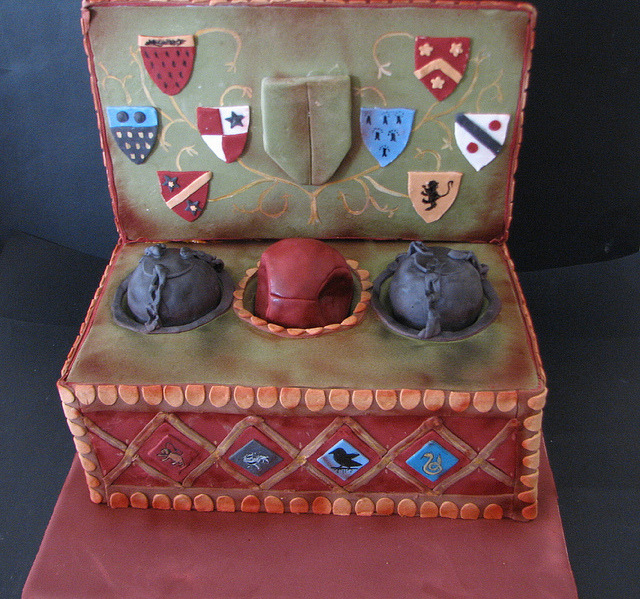 fuckyesquidditch:  penguin-lovegood:  Harry Potter Quidditch Box Cake by phillipascakes on Flickr. I want this cake!!!  :O