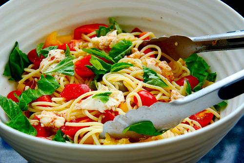 ffoodd:  Fresh tomato spaghetti with basil and mozzarella (by Kitchen Culinaire)