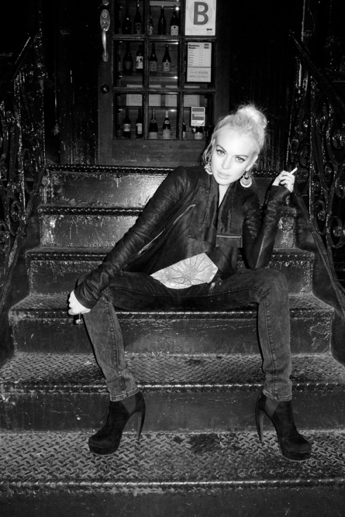 terrysdiary:  Lindsay Lohan on the steps of Omen #1