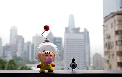 albotas:  Daily Geekstomization A Munny version of Olimar from Nintendo's Pikmin series chilling with a warrior from the Patapon games. (by doc18 | site) Check out the Daily Geekstomization Archives for more geeky custom toys!