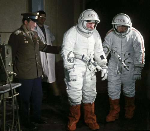 scanzen:  Cosmonaut Yuri Gagarin (left), helping Pavel Belyayev (center) and Alexei  Leonov (right) during a training exercise before the Voskhod 2 mission on March 1, 1965.  (Photo: Ria Novosti)