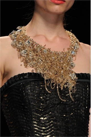 petitsluxes:  John Richmond suprises us with crystals, chains and safety pins. John richmond ci sorprende con una collana di catene, cristalli e spille da balia.