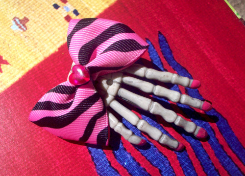 bowsbymindy:  Sassy Punk Rocker Pink Zebra Print Bow with Tiny Heart Center