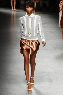 iloverunways:  No. 21 ss 12  that hair, that sweater