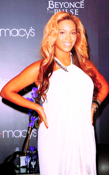 fuckyesbeyonce:  Beyoncé at Pulse launch Macy's Herald Square NYC.(2)