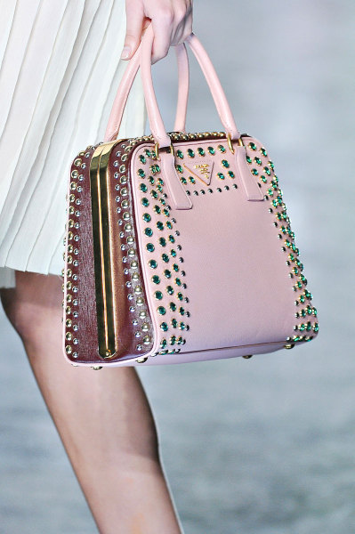 yourmothershouldknow:  Prada Primavera/Verano 2012 Semana de la Moda de Milán Miuccia hace que los autos y las llamas convivan con encajes y flores. Como siempre, una colección increíblemente genial. …..   Prada Spring/Summer 2012 Milan Fashion Week Miuccia can make cars and flames get along with eyelets and flowers. As always, an incredibly awesome collection.