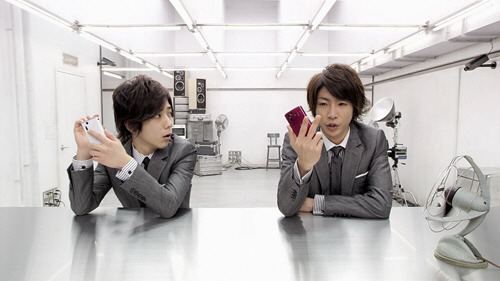 au by KDDI - XPERIA acro IS11S smartphone ''Flash ~ Two different people'' by Arashi