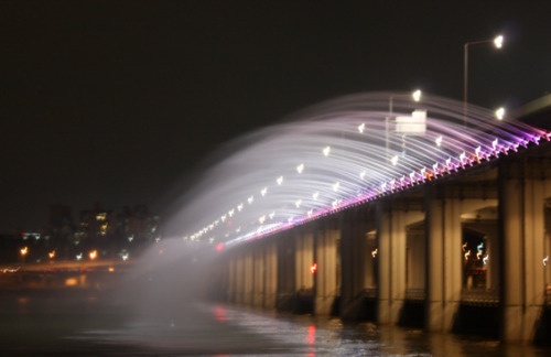 Banpo Bridge in Seoul - a beautiful place for a date lol more story in ebook <korea holic> - for free in ibooks. http://itunes.apple.com/us/book/korea-holic/id458998532?mt=11
