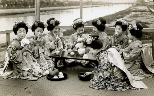 Drinking Sake 1920s by Blue Ruin1 on Flickr.