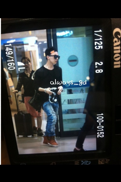 Fantaken photo of G-Dragon at Incheon Airport on 110925 via always-gd & @partnervi