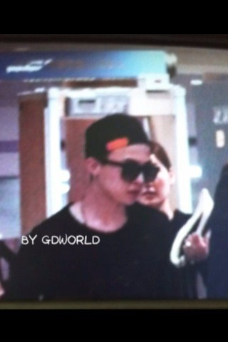 Another fantaken photo of G-Dragon at Incheon Airport on 110925 via @GDWORLD_