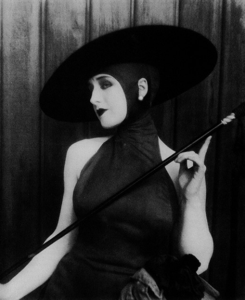 A vampy Norma Shearer. Reminds me of Musidora here.