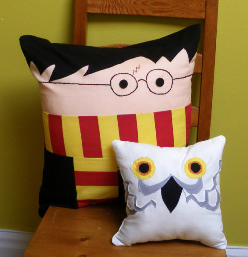 sogeekchic:  Hedwig and Harry pillows available from wdkimmy. Other pillow pals include Batman & Robin and the Chesire Cat.