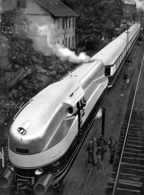 A streamlined steam train of the German Railways (vehicle number 6100, wheel arrangement: 2'C'2), 1936.