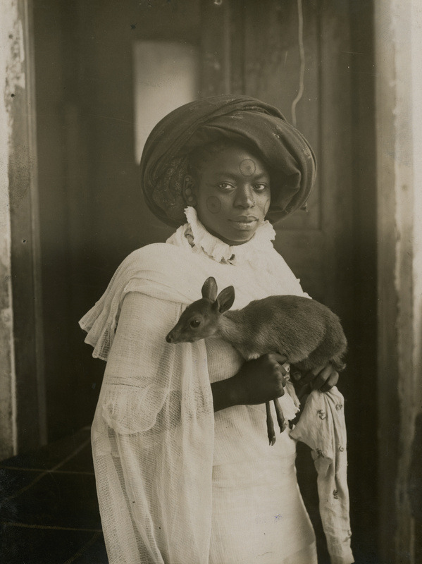 auntada:  burnedshoes:  © Underwood & Underwood, 1909, Mombasa / Kenya A stylish young Kenyan woman holding her pet deer. (thanks to: sunnytiger, original lo-res source: fernsandmoss)  Stunning.