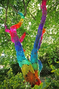 flvrdpicks:  Street art: spider web yarn crochet