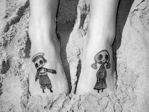 simplymeanttobe-:  skeleton boy & girl at the beach.