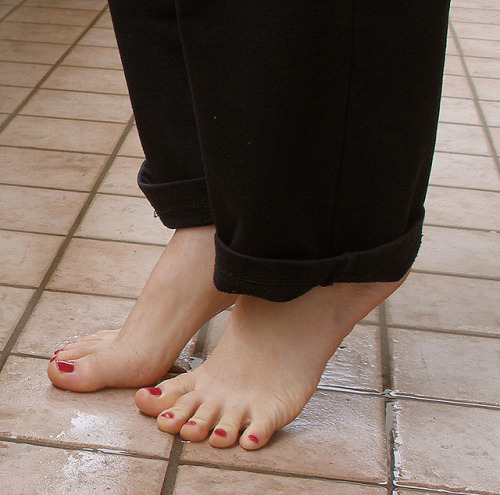 Bare feet and pink polish by cutetoelover on Flickr.