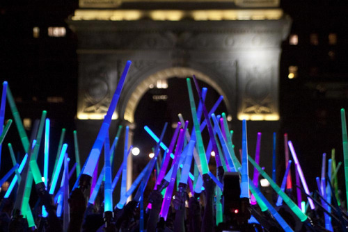 laughingsquid:  Star Wars Lightsaber Battle In New York City