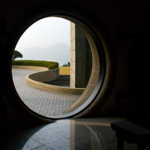 petitcabinetdecuriosites:  (via portal, portal, path, architecture uploaded by WorldPix)
