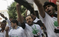 تظاهرة حاشدة ضد الأسد بالقاهرة #Syria Protester chant slogans during an anti-Syrian regime rally near the Syrian embassy in Cairo, Egypt Tuesday, Sept. 27, 2011. Syrian troops firing machine guns mounted on tanks stormed a rebellious town in central Syria before dawn Tuesday as part of military operations aimed at crushing the six-month-old uprising against President Bashar Assad, activists said. (AP