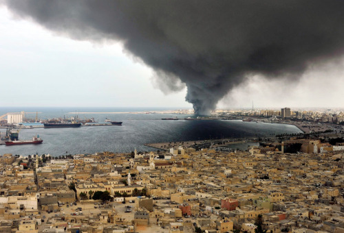 kilele:  A pall of smoke covers the city of Tripoli, Libya,  as it rises from the military warehouse belonged to the army of Libya's  ousted leader Muammar Qaddafi in the port area of the city, on September  24, 2011. A series of explosions rocked the military warehouse and a  huge plume of smoke rose over the harbor on Saturday afternoon, although  the cause of the blasts was not immediately known.   Photo by AP Photo/Bela Szandelszky via In Focus