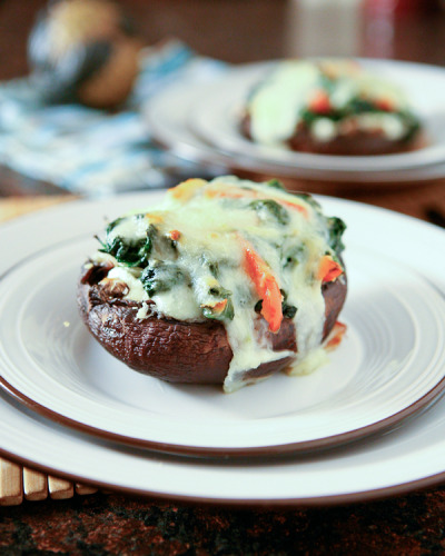 Spinach and Ricotta Stuffed Portobello Mushrooms // Recipe via The Family Kitchen