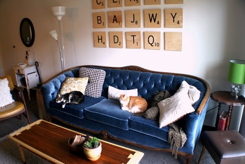 modcloth:  DIY of the day! We love these huge Scrabble tiles! (via insideways: White Box Challenge Reveal: Living Room!)   Now make them on interchangable hooks and you could have new Scrabble sayings for each week.