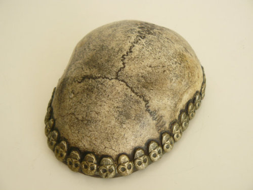 fuckyeahmagicalthings:  this amazing 19thc. antique kapala or skullcup is made from a real human skull and was used as a ritual implement for both hindu tantra and buddist tantra, particularly in tibet, where this example comes from. also known as a tibetan thod pa cup it was used to hold offerings of bread and wine. (via antique kapala buddist ritual drinking vessel by artyfactz on Etsy)