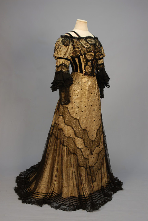 Evening dress, ca 1905 Click for a giant image. Back:  Bodice detail: