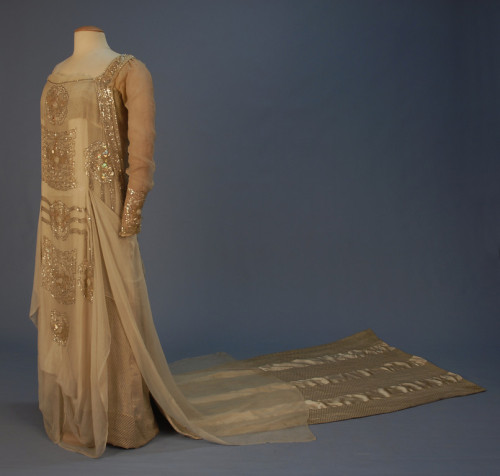 Wedding dress, 1915 New York Click for a giant image