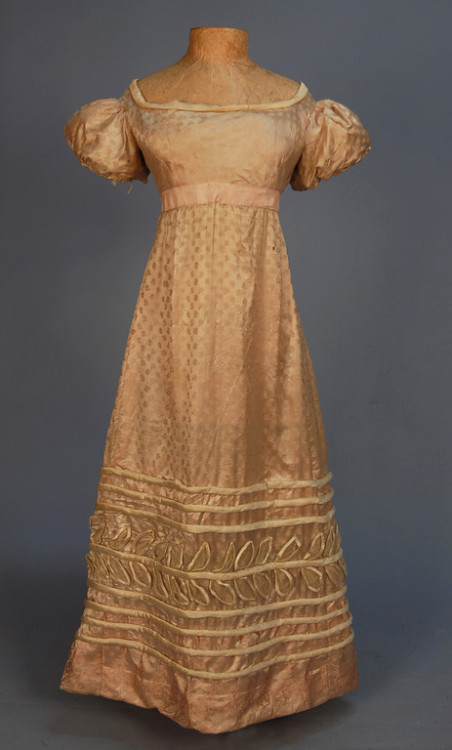 Evening dress worn by a teenager or young woman, 1820-25 US (Salem, Mass) Click for a giant image. Piping detail: