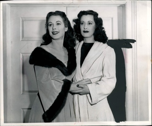 hedylamarr:  heckyeahhedylamarr:  Her sister I guess1946 Hedy Lamarr And Sylvia Lamarr Orig Photo  No, her double.  they are like twin sisters :)