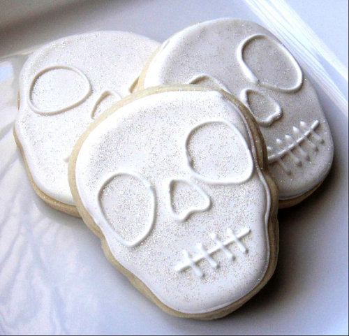 (via Sparkling Skull Sugar Cookies1 Dozen by SugarSanctuary on Etsy)