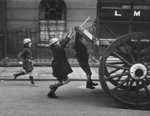 Bert Hardy Young boys hitch a ride, London, 1941 Thanks to undr