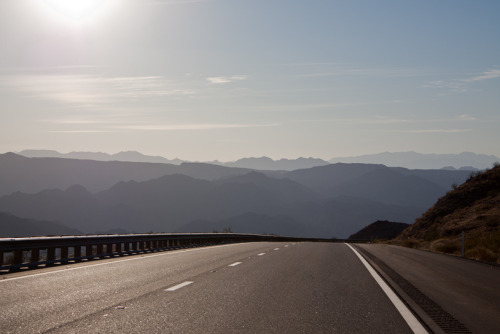 elidaloirinha:  explore-the-earth:  I took this on a cross-country road trip. I had never seen mountains like this before!  Arizona, United States submitted by: bourin  :)