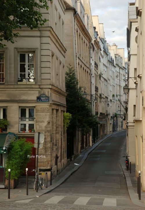 h-e-a-v-e-n:  pretty sure thats paris? <3   Sure is ! :)