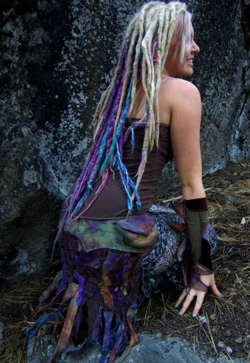 rissainzombieland:  love her dreadlocks and her outfit o.o