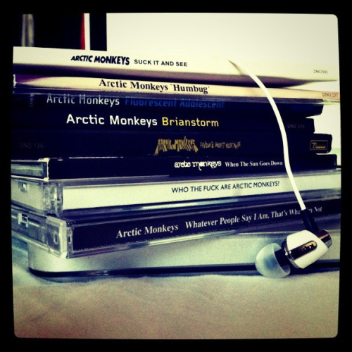 jesusauriom:  Arctic Monkeys by Jonny Bravo. on Flickr.  yo solo tengo uno D: