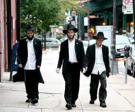 danielbeekman:  RABBIS HIKE 15 MILES FROM BK TO BX EVERY SABBATH BY DANIEL BEEKMAN (NYDN)  It could be New York's longest schlep: Every Saturday, young rabbis  trudge 15 miles from Brooklyn to worship with some of the last Jews left  in one Bronx neighborhood.   The ultra-Orthodox rabbis lead a small  Parkchester synagogue housed in the same ramshackle building as an  Islamic school and a mosque.   Read more…