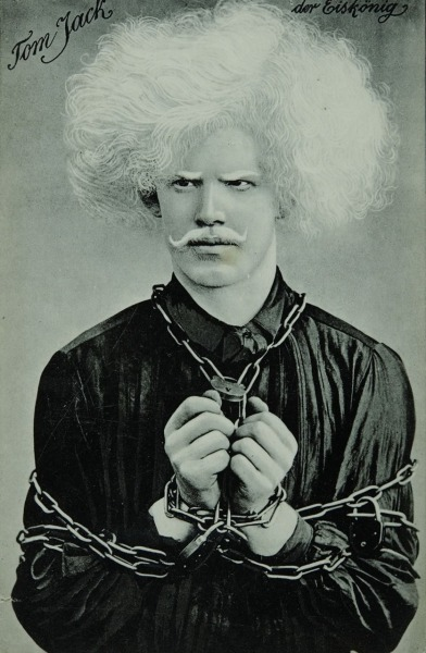 Der Eisköning (Escapist in handcuffs), phototype by Tom Jack. (ca. 1910)Photo via Biblioteca Nacional de España.