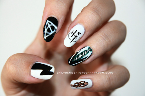morganweasley:  How do you even— My god, I give up trying to paint my nails.