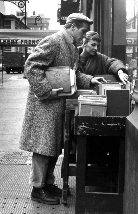 theniftyfifties:  Paul Newman and Joanne Woodward browsing books on the street, 1950s.  hot.