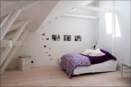 white and purple bedding (via Stil Inredning & Design: God natts sömn)