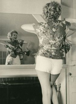 zuppadivetro:  theniftyfifties:  Marilyn in the mirror.  Marilyn Monroe
