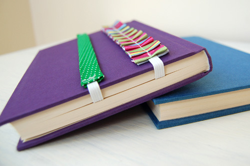 scissorsandthread:  Easy Bookmarks | Craft Snob I love these belt like bookmarks by Craft Snob. They're so easy to make and because they're held on by elastic there's no chance of them slipping out and losing your page!