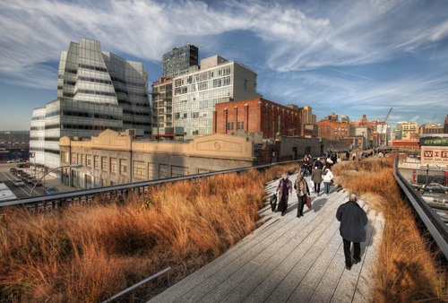 92y: Interested in The High Line park? Seems thousands of you are. Don't miss the opportunity to get up close and personal with Diller Scofidio + Renfro, the mastermind architects behind The High Line, with The New Yorker's Paul Goldberger, at 92Y tomorrow, October 4. (Amazing photo of The High Line via Stuck in Customs/Flickr)