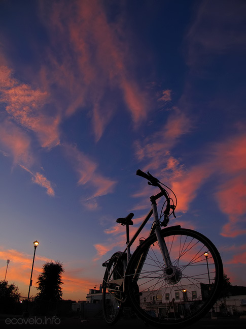 (via EcoVelo » Blog Archive » Monday Morning Commute: Pink Skies at Night)