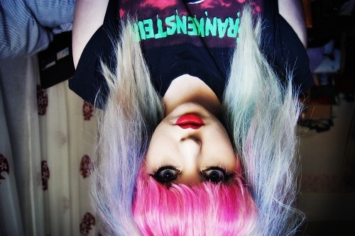 enjoycocaine:  i look better upside down..  Every side.