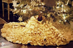DIY, no sew, Ruffled Tree Skirt (via Miss Mustard Seed) Definitely going to be making one of these, probably in red to go with my white aluminum tree. Full tutorial can be found here.